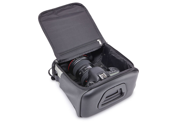 Open camera bag Thule Pack 'n Pedal Handlebar with camera inside